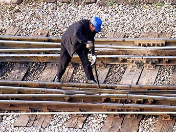 This rail worker faces many dangers every day. If you have been injured while working for a railroad company, call a Victoria FELA attorney now.